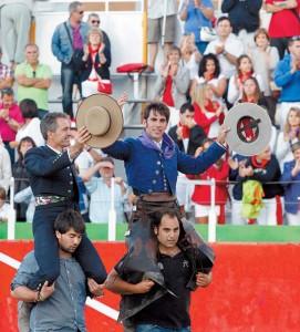 Sergio Sánchez y Roberto Armendáriz abandonan la plaza a hombros. Fotografía: Eduardo Buxens.