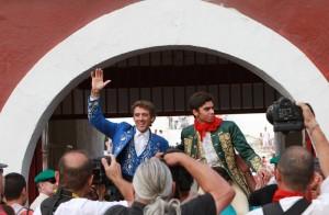 Salida a hombros en loor de multitudes de Hermoso de Mendoza y Moura.