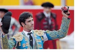 Javier Antón pasea en triunfo la oreja lograda en Pamplona.