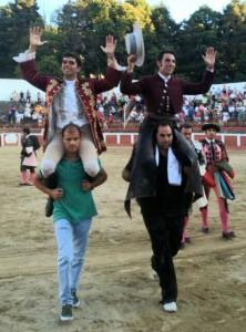 Armendáriz sale a hombros en Hervás junto a Moura.