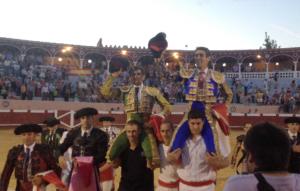 Marco sale a hombros en Valencia de Don Juan junto a Adame.