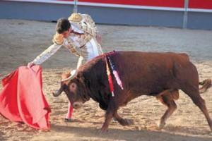 Derechazo al cuarto toro de Agustín de Espartinas. Fotografía: Miguel Pérez.