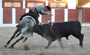 Armendáriz, en el momento de clavar una corta en la plaza de Talavera, a lomos de 'Cristal0'.