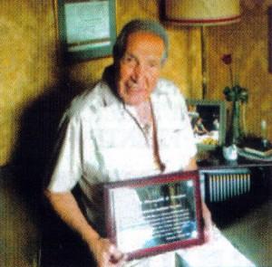 Enrique Estremad muestra la placa que le ha dedicado la Meca.
