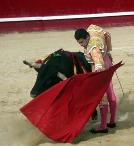 Natural de Román Pérez al toro premiado de Los Recitales, al que le cortó una oreja.