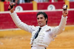 Javier Antón levanta en triunfo las dos orejas del sexto toro. Fotografía: J. C. Cordovilla.