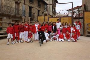 Javier Marín con los chavales de Artajna a los que impartió una clase de toreo.