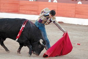 Natural de Jiménez Fortes, que tuvo que tirar de vaqueros en su faena al sexto toro. Fotografía: Galdona.
