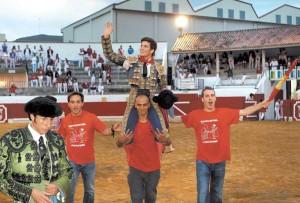 José Garrido, triunfador de la Feria de Peralta, fue el único novillero que logró salir a hombros.