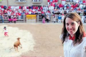 Beatriz Mendía Vélaz, ayer por la tarde, durante la suelta de vaquillas de Artajona. Fotografía: Galdona.