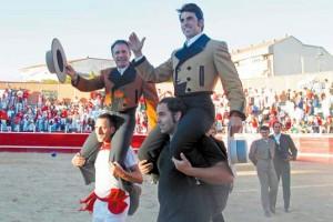 Sergio Sánchez y Armendáriz salieron a hombros. Fotografía: Javier Sesma.
