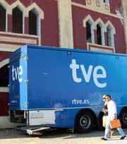 Camión de TVE junto a la plaza de toros de Mérida.