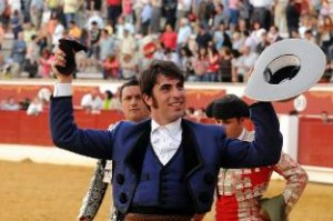 Armendáriz pasea en Zaragoza la única oreja que se cortó en toda la tarde.