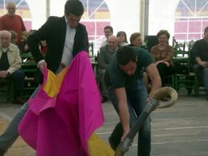 Francisco Marco toreando de capa en la clase que ofreció en la plaza de Pamplona.