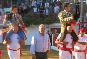 José Ángel Santafé dio la vuelta al ruedo al final del festejo con los dos novilleros triunfadores. Le Houga. Fotografía: Jean Michel Dussol.