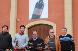 Los premiados junto con el concejal de Festejos, Manuel Resano en la sede de bodegas Alore. Fotografía: Castillo.