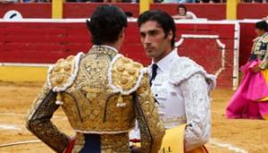 Javier Antón recibe la alternativa de manos de Ángel Teruel.