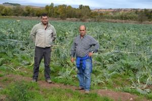 Juan César Donoso Arévalo y Juan Antonio Gil Santolaya delante de la pieza de cardos en Calahorra. Gener.