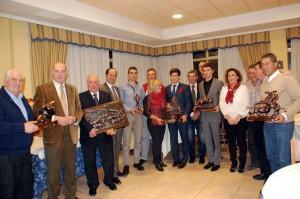 Los premiados con representantes del ayuntamiento y del Club Taurino de Peralta.