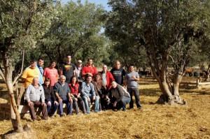 Los socios de Amicasna con el ganadero Antón, tercero por la izquierda de los sentados.