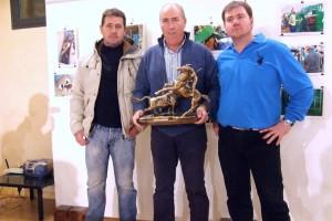 El ganadero Jesús Macua, en el centro con su trofeo y entre su mayoral, Jesús Primo -izda.- y Saúl Torres -dcha.-.