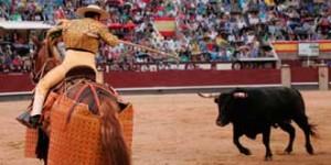 Toro de Miura arrancándose al caballo en Las Ventas.