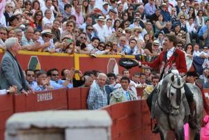 Momento en el que Hermoso de Mendoza brinda su primer toro a Mario Vargas Llosa, Nobel de Literatura.