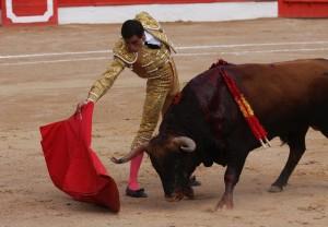 Derechazo de Paco Ureña al toro 'Pañoso' de Bañuelos.