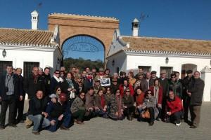 Los socios del taurino pamplonés en Aguadulce, con el ganadero Luis Aristrain en el centro y Tomás Campuzano, el primero de los agachados por la izqueirda. Fotografía: Soco Pascual.