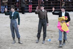 Marín, Toñete y Henche saludan al finalizar el festejo.