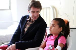 El caballero navarro junto a una de las niñas ingresadas en el hospital infantil de Manizales.