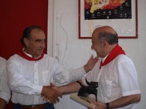 Ricardo Gallardo recoge el premio de la Feria del Toro de manos de Luis Arraiza.
