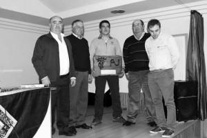 De izda. a dcha., José Antonio Ustárroz; Juan José Cerdán, Víctor Ustárroz, con el trofeo, Esteban Ustárroz y Ricardo Osta, presidente del Club Taurino de Buñuel. Fotografía: Carlos Montoro.