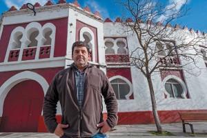 Juan José Crespo ante la plaza de toros de Estella. Fotografía: Montxo A. G.