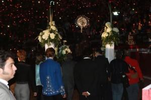 La procesión de la Virgen Macarena, rodeada de once mil farolillos, volvió a ser impresionante.