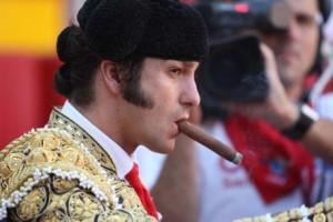 Morante fuma un puro en el callejón de la plaza de Pamplona. Fotografía: J. C. Cordovilla.