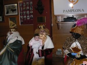 El rey 'Gaspar Marco' con la pequeña Nerea Yanguas. Fotografía: Jaime Esparza.