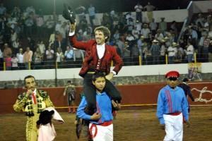 El caballero navarro saliendo a hombros en la Monumental de Morelos.