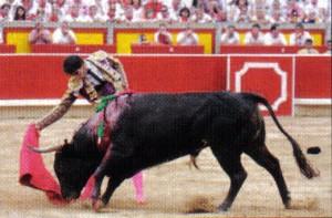 Derechazo de Jiménez Fortes al miura 'Viborillo'.