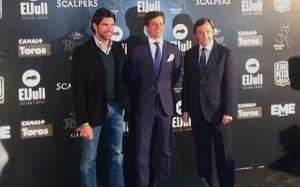 El Juli entre Cayetano y Curro Vázquez, ayer en la presentación de su temporada.