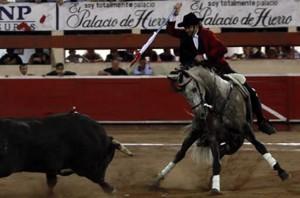 Hermoso sobre 'Churumay' ante su primer toro en Monterrey.