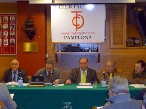 La junta directiva en un momento de la asamblea, con el reelegido presidente, Juan Ignacio Ganuza, en el centro de la imagen.