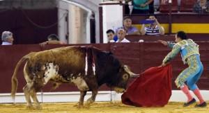 Rafaelillo indultando uno de Fuente Ymbro en la plaza de Murcia.