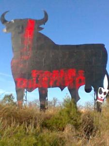 Aspecto del toro de Osborne de Tudela tras ser atacado con pintura roja.