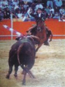 Óscar Lorente atacando de frente a un toro en una de sus actuaciones.
