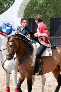 Momento de la alternativa de Diego Lecumberri, con Hermoso de Mendoza de padrino.
