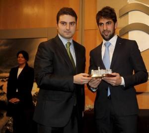 Armendáriz, en el momento de recoger el premio al mejor rejoneador de la feria de Santander.