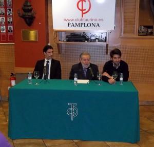 Javier Antón, José María Sevilla, vicepresidente del taurino, y Roberto Armendáriz. Fotografía: Jaime Esparza.