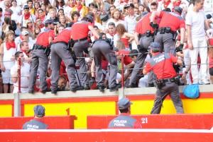La Policía Foral interviene antes de encierro de San Fermín.
