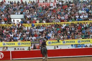 El caballero navarro saluda a unos tendidos repletos de público.